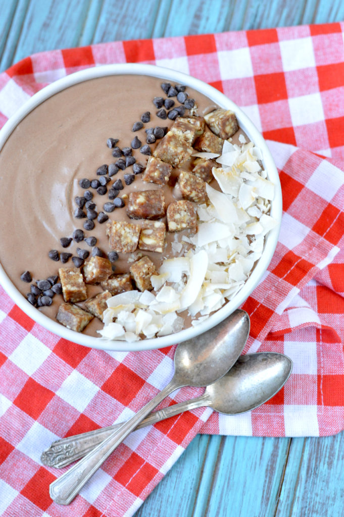Paleo Chocolate Cashew Smoothie Bowl | Plaid and Paleo